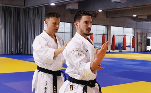 El entrenador, Del Moral, está presente en cada sesión de técnica y katas.