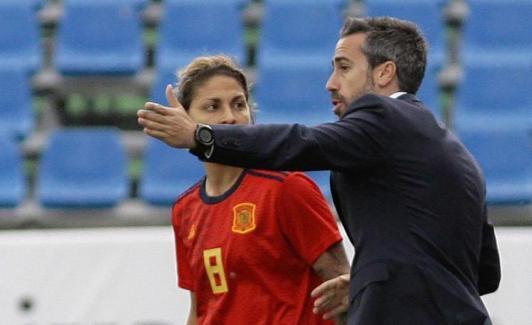 Jorge Vilda gives instructions to Virginia Torrecilla. / Pepe Zamora (Efe)