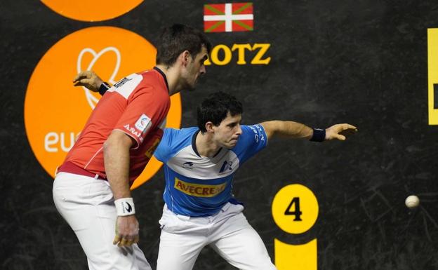 Ezkurdia and Altuna III, in their first round match in Bergara.