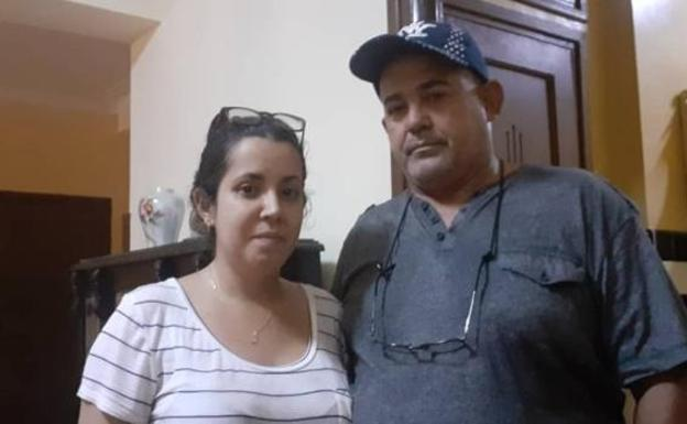 Camila Acosta with her father, after being released this Friday