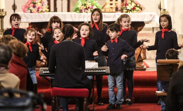 Un momento del concierto en la iglesia de Sabugo. :: MARIETA/