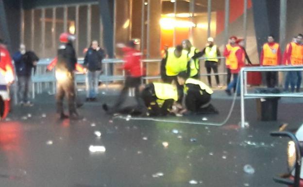 Hinchas galos apuñalan en el cuello a un guardia de seguridad en San Mamés