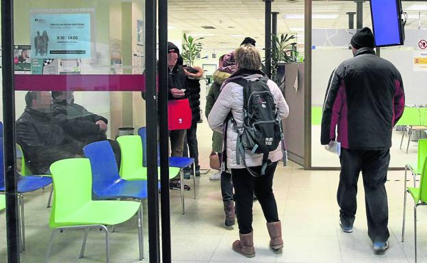 A group of people waiting to be treated in one of the offices that Lanbide has in Vitoria.  / Blanca Castillo