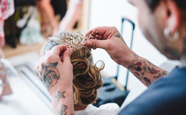 Imagen de Lucía en el salón de peluquería, el día de su 'Sí, Quiero' con Bjorn, así como otros recuerdos de bodas de ensueño en Cantabria.