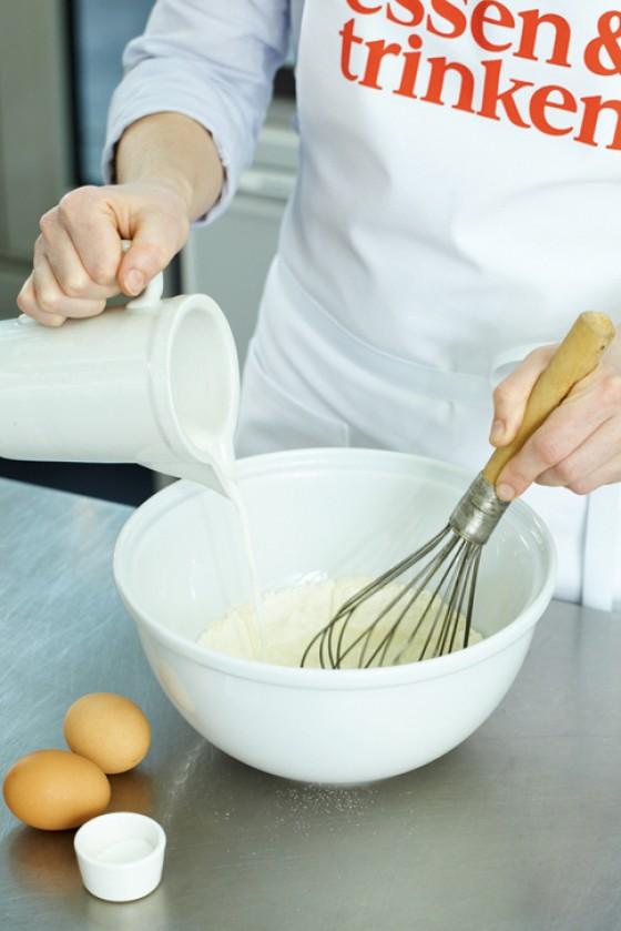Kết quả hình ảnh cho Milch, Mehl und Eier verrühren