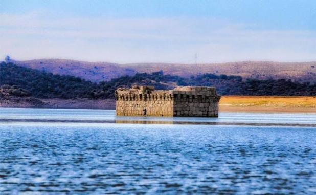 Torre de Floripes. Vista de esta construcción emergiendo de las aguas del pantano de Alcántara, una de las tres inmersiones iniciales.