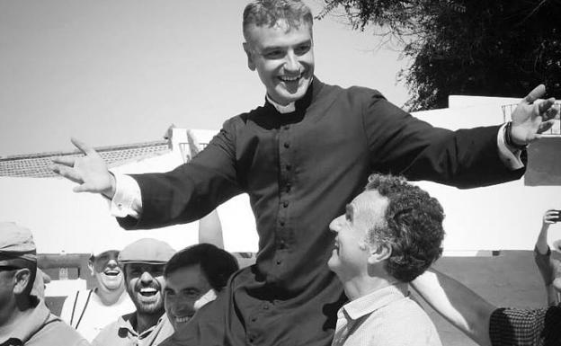 El sacerdote a hombros deepués de un tentadero.