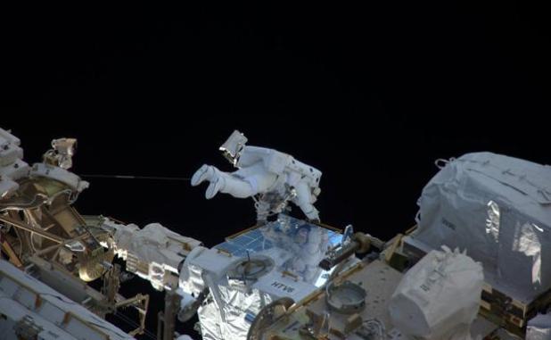 El astronauta francés Thomas Pesquet realiza un paseo espacial./ESA