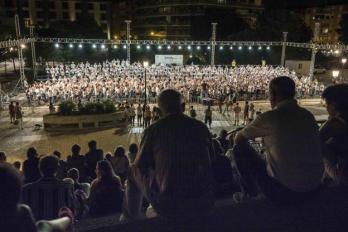 La explanada del Palacio de Congresos se llenó de aficionados para asistir al recital de récord de anoche. /PEPE MARÍN