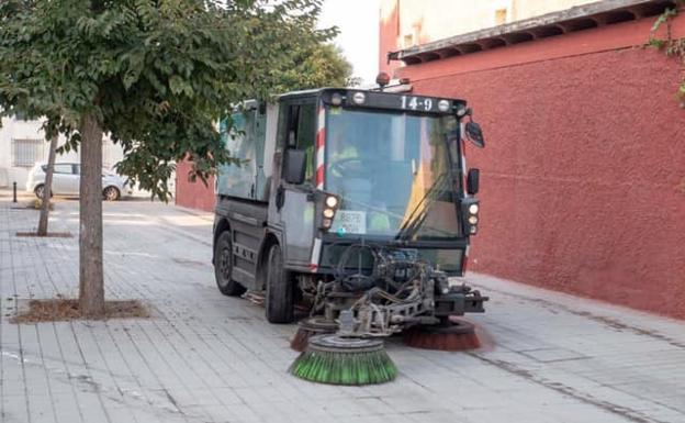 Una máquina barrendera por las calles de la capital./IDEAL