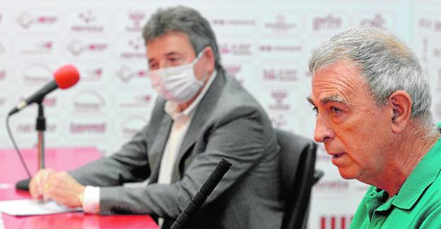 Francisco Tornel, in the foreground, on May 20, at the presentation of businessman Agustín Ramos, in the background, as the new grana largest shareholder.