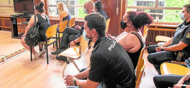 Four police officers yesterday watched the women accused of the sexual assault on an inmate;  on the right, the alleged material author, Esmeralda MM