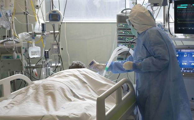 A health worker attends to a patient in the ICU of the Santa Lucía hospital, in Cartagena.