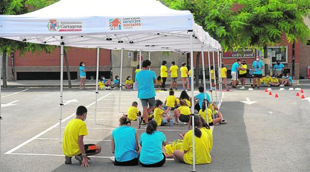 The kids participate in an activity with the volunteers from the camp, in Los Dolores.