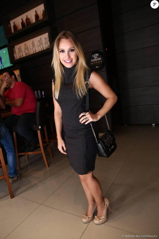 Carla Diaz apostou em um tubinho preto para prestigiar o evento - Purepeople