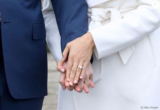 Príncipe Harry e Meghan Markle exibiram aliança ao fazer a primeira foto oficial de noivado nesta segunda-feira, 27 de novembro de 2017