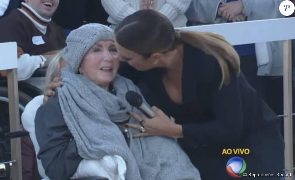 Dona Alda, mãe de Xuxa, marcou presença no programa da filha na noite de segunda-feira, 7 de setembro de 2015 e recebeu o carinho de Ivete Sangalo