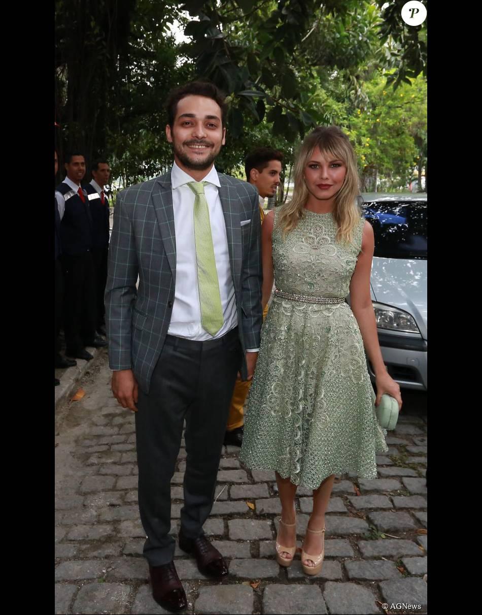 Louise D'Tuani,mulher de Eduardo Sterblitch, foi ao casamento com um vestido em tom pastel de Patricia Bonaldi e joias Carla Amorim