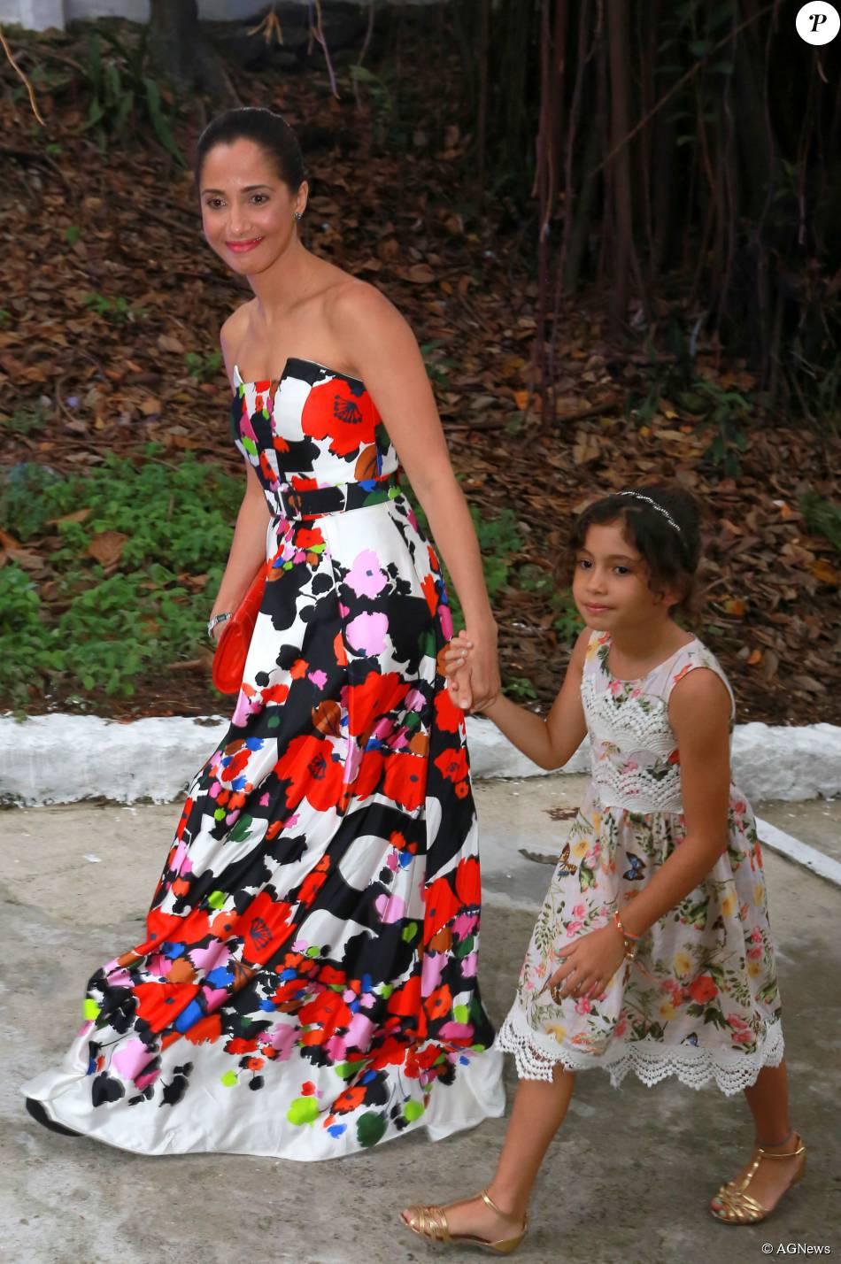 Camila Pitanga foi ao casamento de Sophie Charlotte e Daniel de Oliveira com vestido tomara que caia florido da grife Apartamento 03