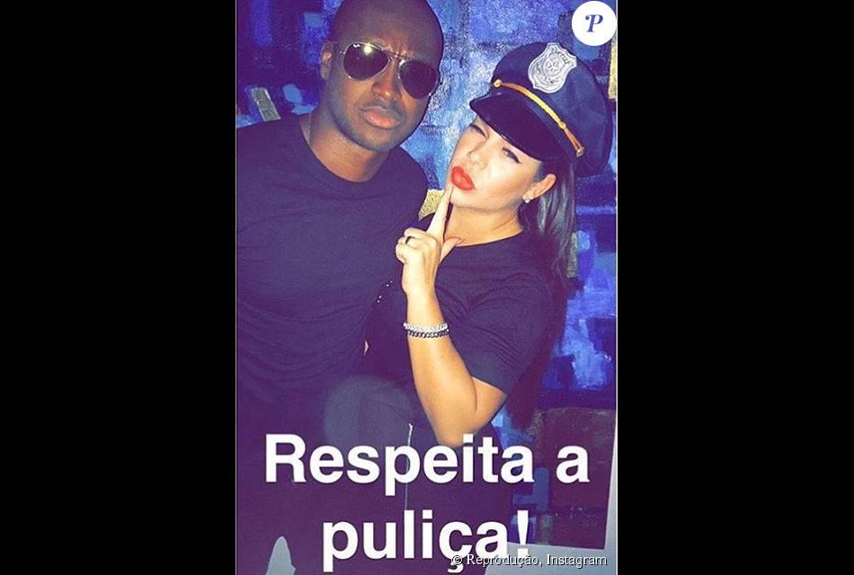 O casal Thiaguinho e Fernanda Souza encarnou policiais na fantasia em comemoração ao aniversário do produtor Leo Fuchs, no Rio, nesta terça-feira, 13 de outubro de 2015