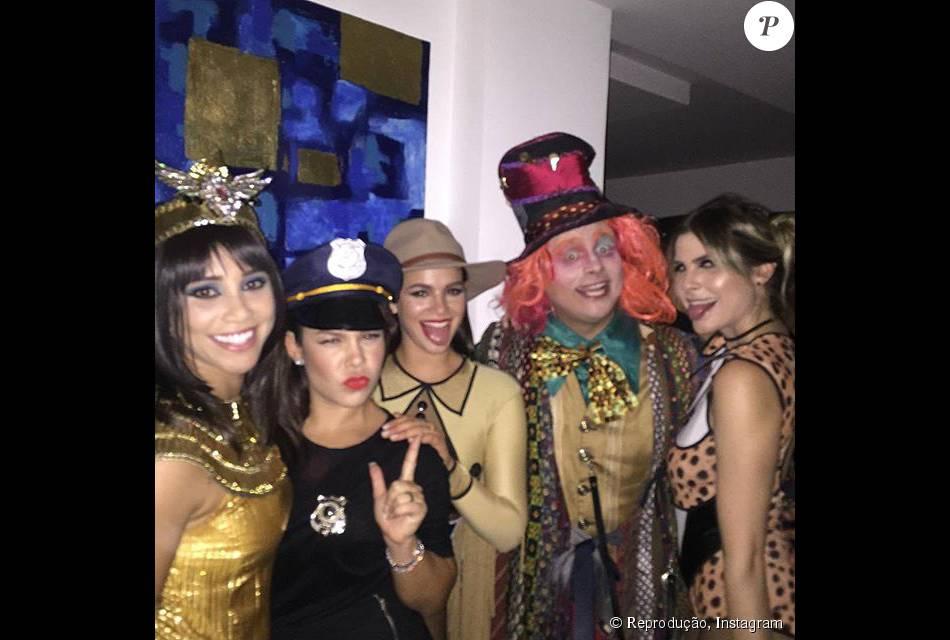 Bruna Marquezine e Fernanda Souza se divertem em festa a fantasia em comemoração ao aniversário do produtor Leo Fuchs, no Rio, nesta terça-feira, 13 de outubro de 2015