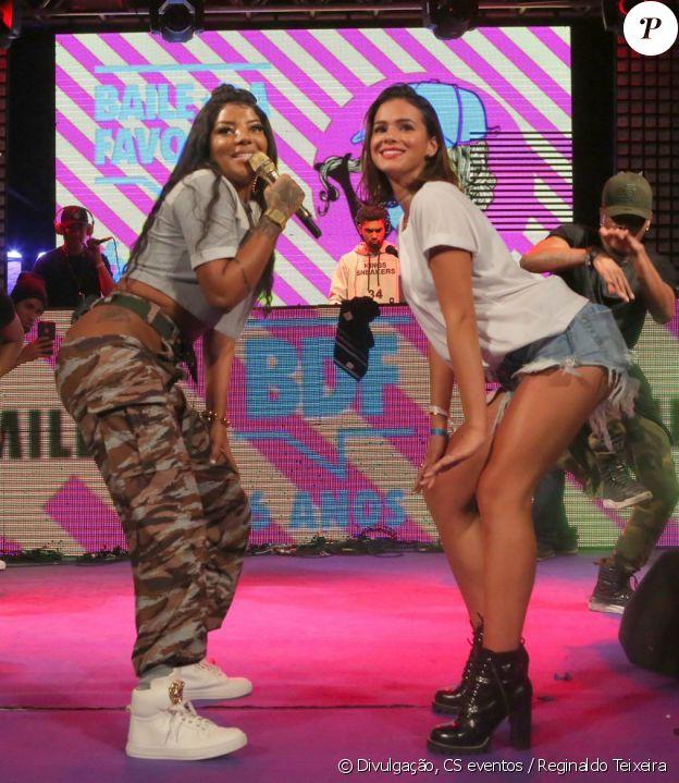 Bruna Marquezine caiu no funk com Ludmilla no Baile da Favorita, no dia 22 de julho de 2017