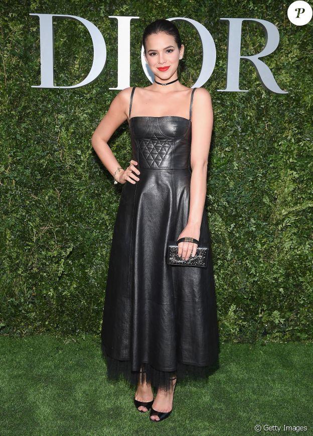 Bruna Marquezine usou bolsa Dior para prestigiar vernissage da exposição Dior no Musee des Arts Decoratifs