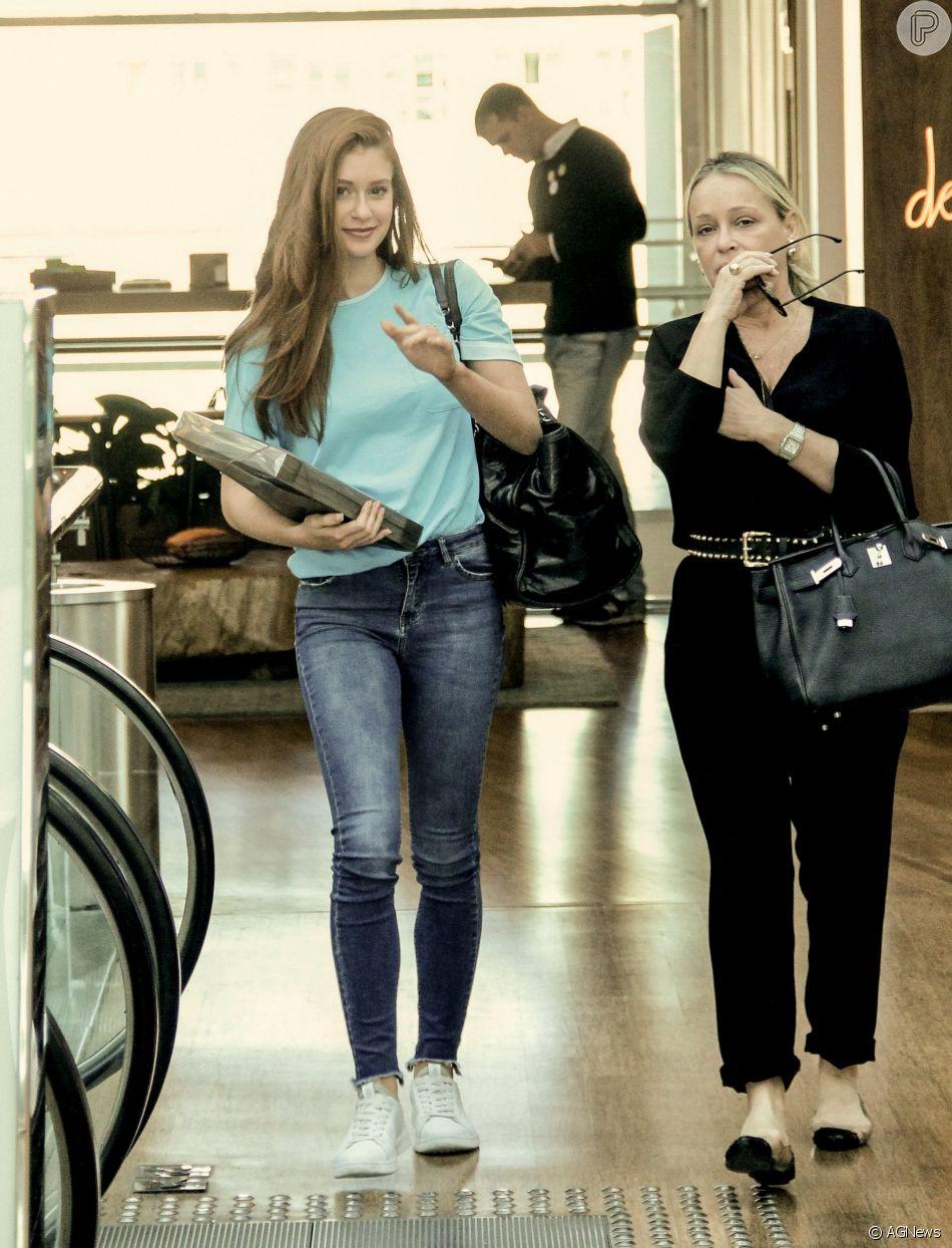 Marina Ruy Barbosa usou um look casual composto por t-shirt, calça jeans e tênis
