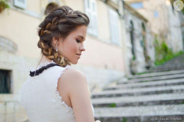 A trança lateral pode começar na raiz do cabelo e ter os gominhos largos para dar mais volume ao penteado