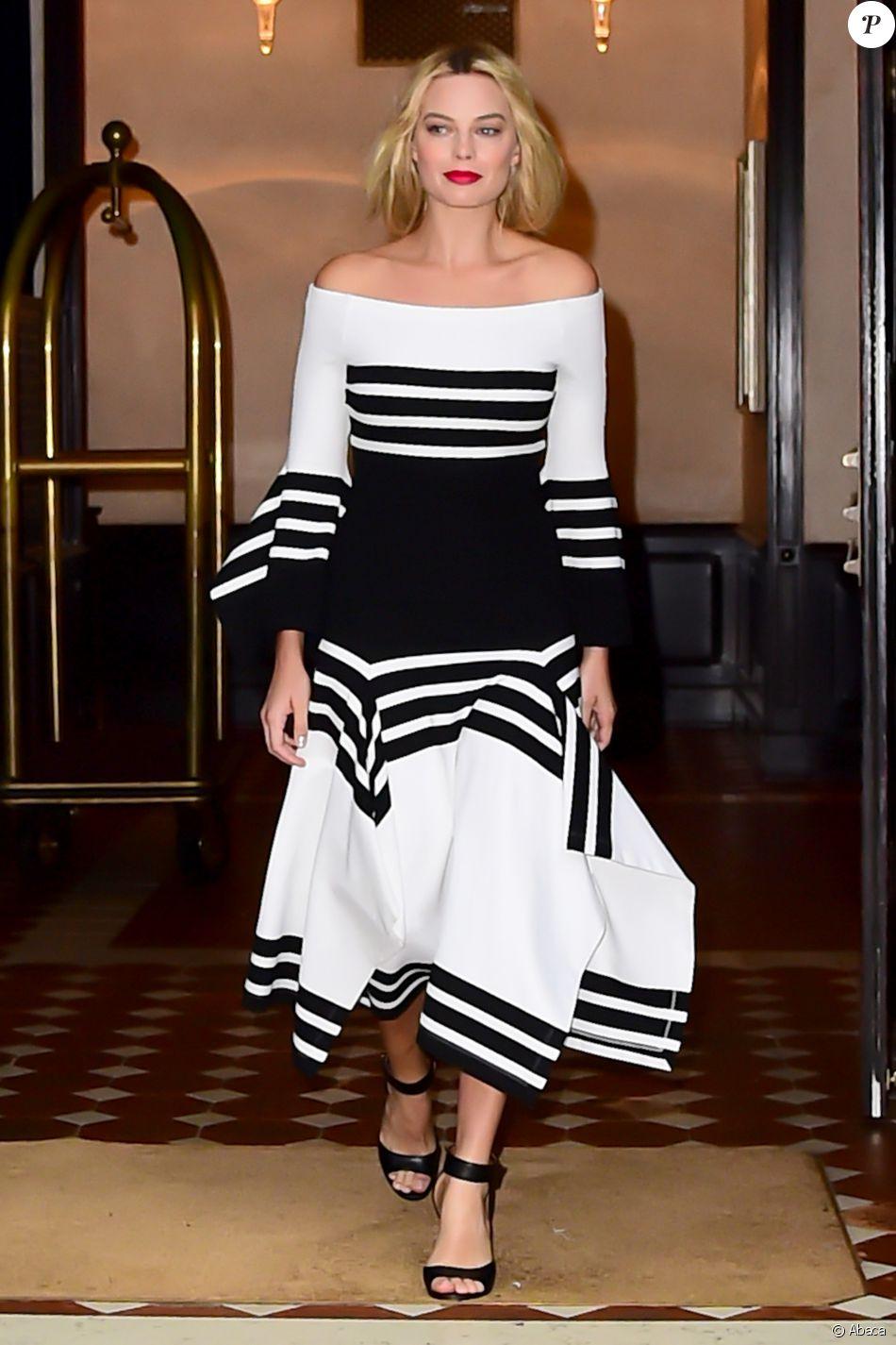 Margot Robbie quitte le Greenwich Hotel à New York, habillée d'une robe Rosetta Getty (collection croisière 2017) et chaussée de sandales Givenchy. Le 1er août 2016.