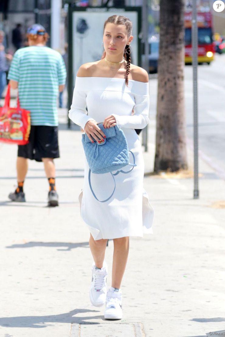 Bella Hadid de sortie à Los Angeles, porte une robe C/MEO Collective (modèle Life Is Real Long), un sac à dos matelassé Chanel et des baskets Nike (modèle Air Force 1). Le 3 août 2016.