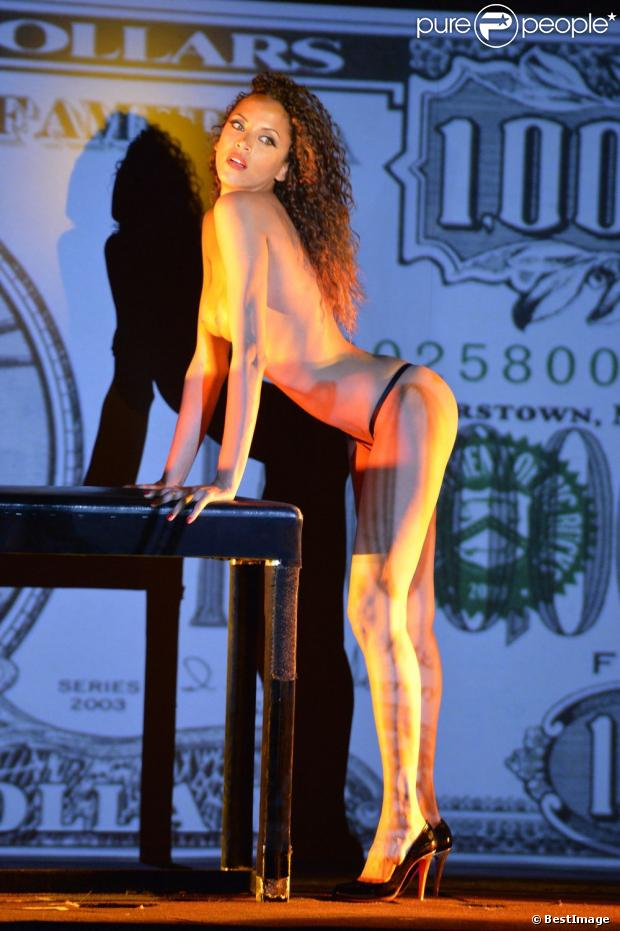 Noémie Lenoir au Crazy Horse à Paris, le 29 mai 2013.