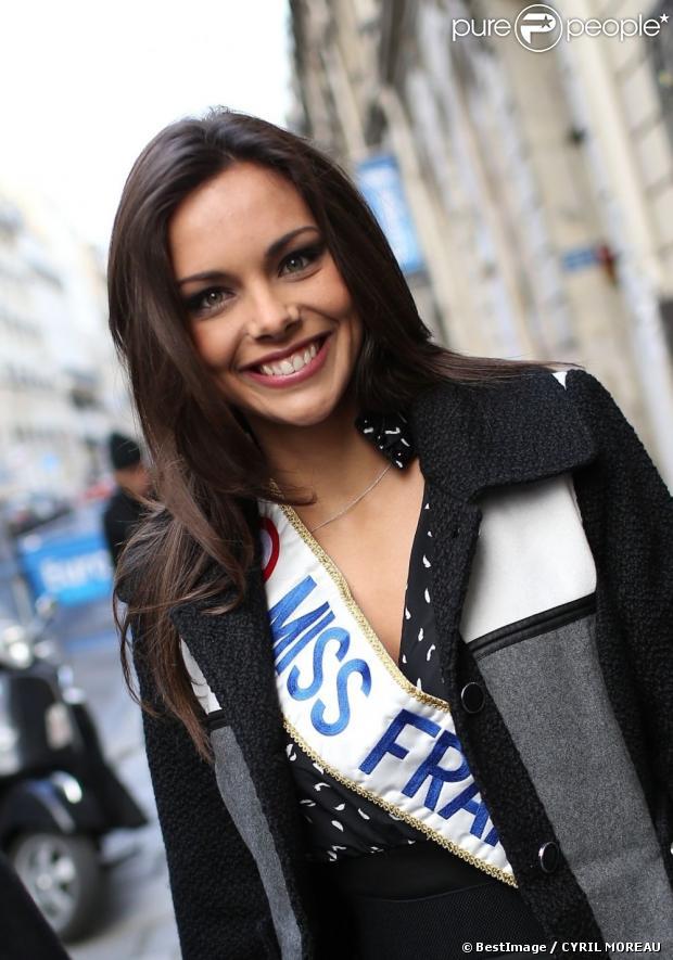 Miss France 2013 alias Marine Lorphelin sort d'Europe 1, à Paris, le 10 décembre 2012