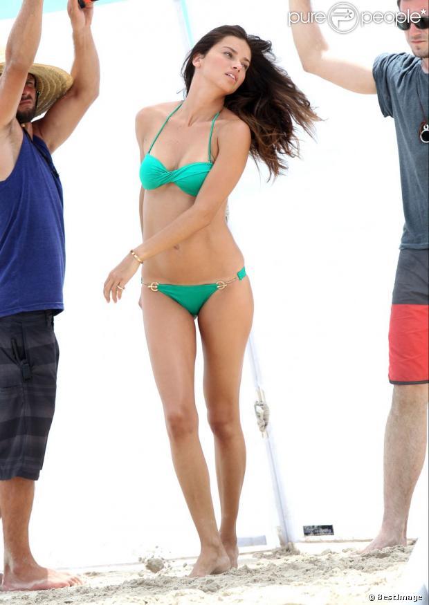 Exclusif - Adriana Lima dévoile sa jolie plastique en bikini Victoria's Secret sous le soleil de Saint-Barthélemy. Le 8 mai 2013.
