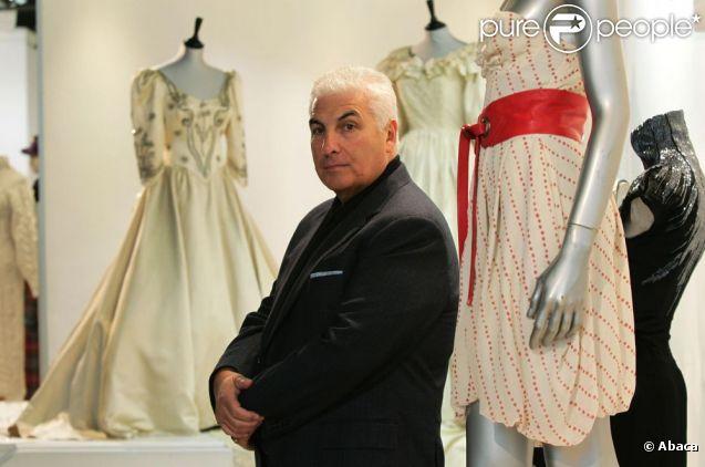 Mitch Winehouse présente la robe de sa fille Amy qui sera vendue aux enchères, le 28 novembre 2011 à Londres