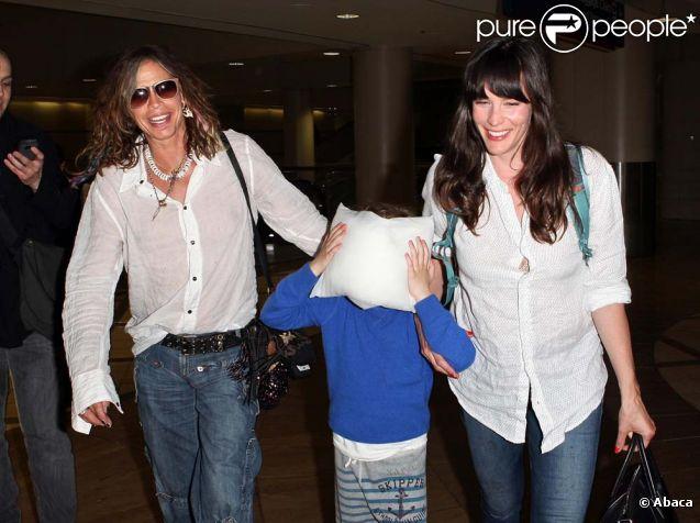 Steven Tyler avec sa fille Liv Tyler et son petit-fils Milo à l'aéroport de Los Angeles, le 27 mars 2012.