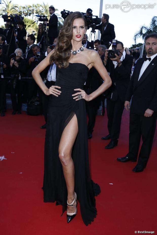 Izabel Goulart, fatale sur le tapis rouge en robe noire Emilio Pucci et bijoux de Grisogono pour la montée des marches du film The Immigrant. Cannes, le 24 mai 2013.