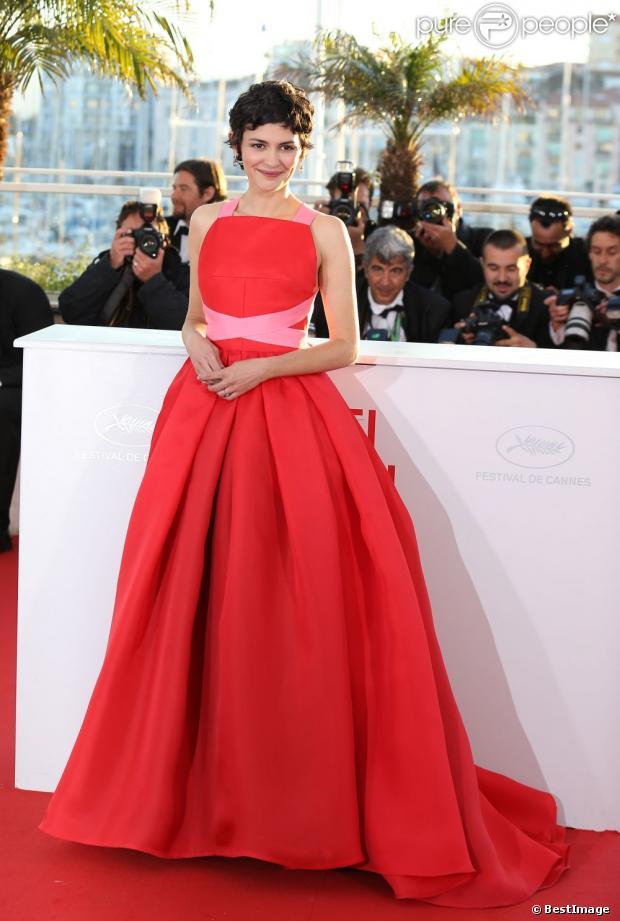 Audrey Tautou dans une volumineuse robe rouge er rose de chez Prada le 26 mai 2013 lors du Festival de Cannes.