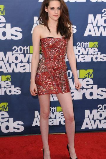 Kirsten Stewart en robe rouge fourreau courte bustier droit