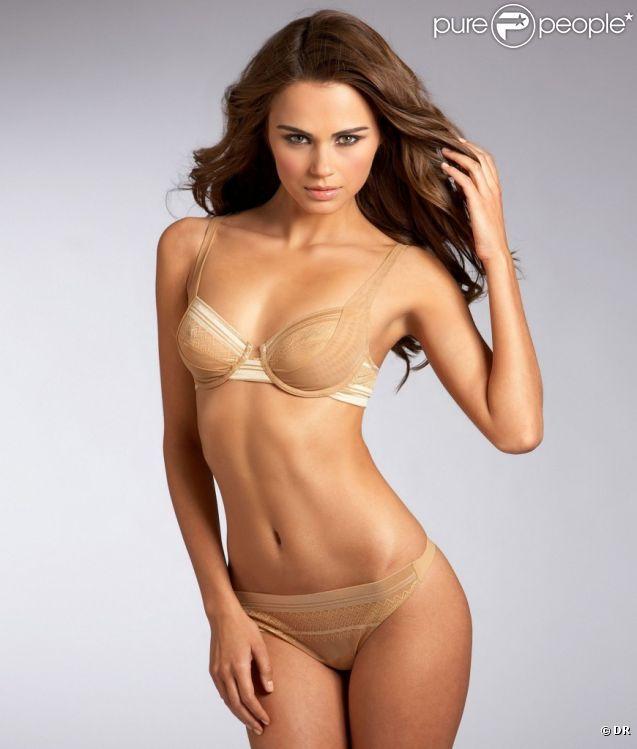 Xenia Deli : une véritable bombe lorsqu'elle prend la pose pour la marque de lingerie et de maillots de bain Bare Necessities
