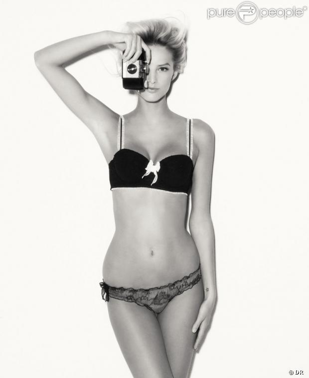 Michaela Kocianova sexy en lingerie joue avec l'objectif pour SUITEBLANCO.