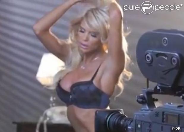 Victoria Silvstedt charme la caméra lors de son shooting sexy pour Very Victoria Silvstedt, sa collection de lingerie élaborée pour Marie Meili.
