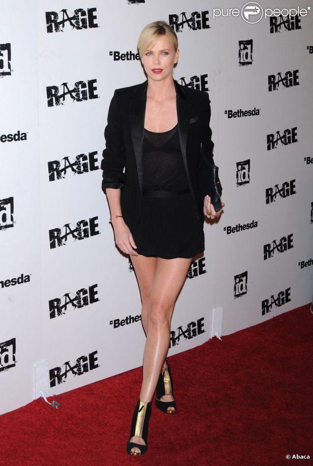 Charlize Theron n'hésite pas à porter la mini-jupe pour briller sur le red carpet. Avec ses jambes fuselées, la belle blonde fait l'unanimité.