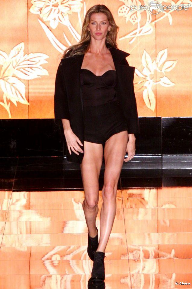 Gisele Bündchen affiche sa silhouette impeccable sur le podium