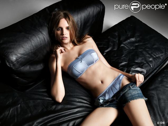 Alina Ilie, sagement affalée sur un fauteuil, cherche à se débarrasser de son short en jean et laisse ainsi apparaître sa jolie lingerie Verdissima.