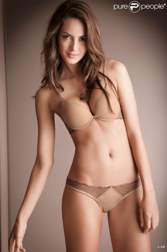 Macri Elena Vélez Sanchez, sensuelle dans un ensemble nude signé Options.