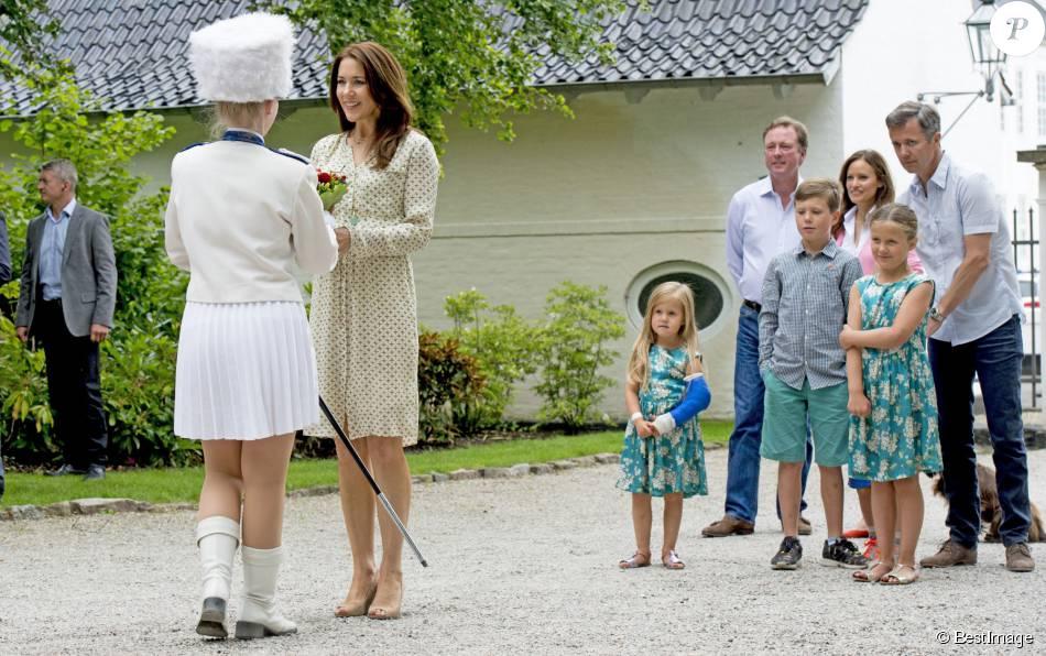 La princesse Mary et le prince Frederik de Danemark, avec leurs quatre enfants (Christian, Isabella, Vincent et Josephine), assistaient le 19 juillet 2015 dans la cour du château de Grasten à la parade d'une association de cavaliers.