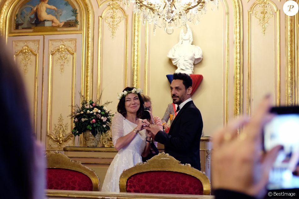 Exclusif - Mariage de Sandra de Matteis (en robe Dior) et Tomer Sisley à la Mairie du 8ème arrondissement de Paris, en présence de leurs enfants respectifs, Levin, Liv et Dino, de leurs familles et de leurs amis. Le mariage a été célébré par Jeanne d'Hauteserre, maire du 8ème arrondissement de Paris Le 25 novembre 2017