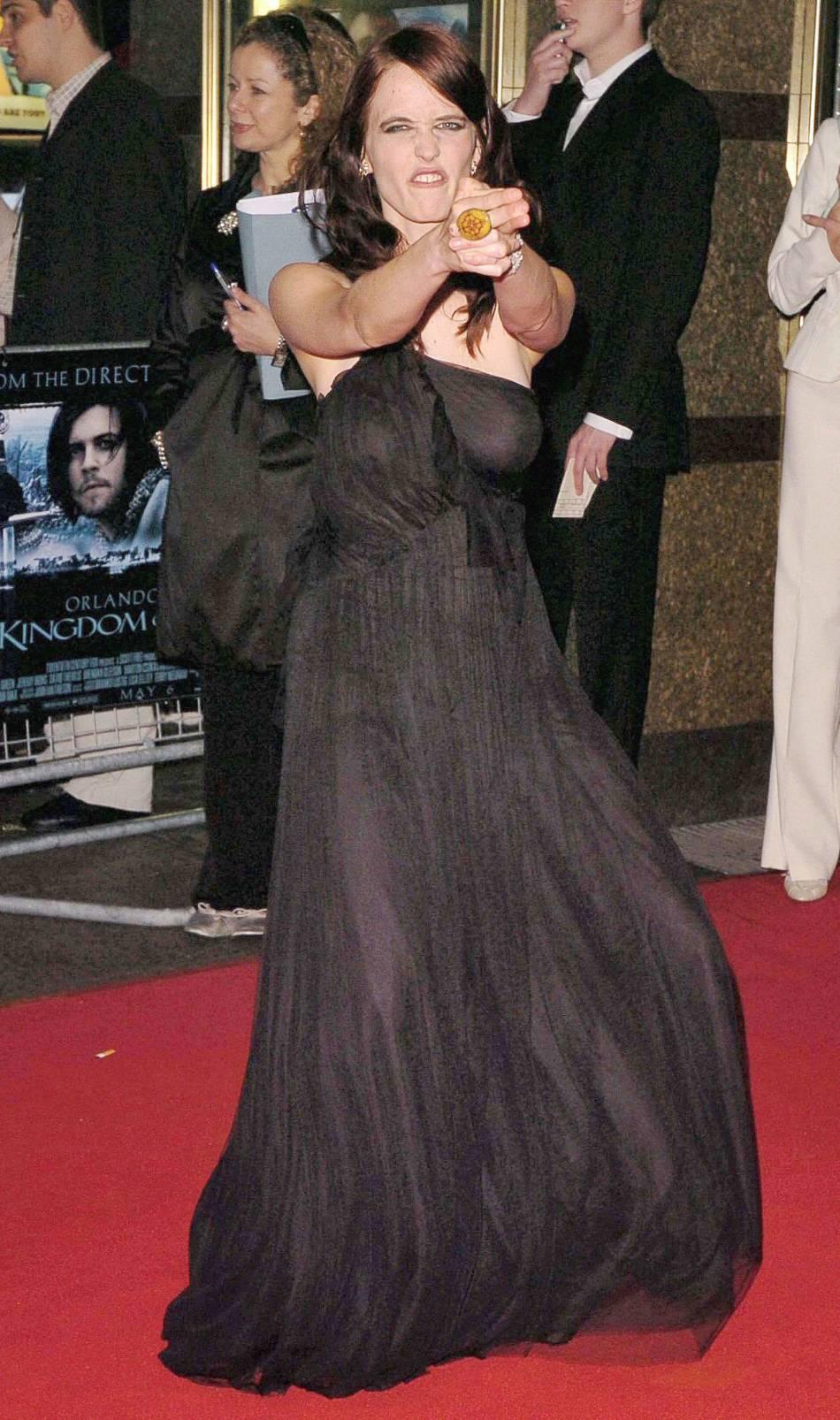 Eva Green a eu bien du mal à trouver quelle attitude adopter sur les red carpets. Pour l'avant-première de