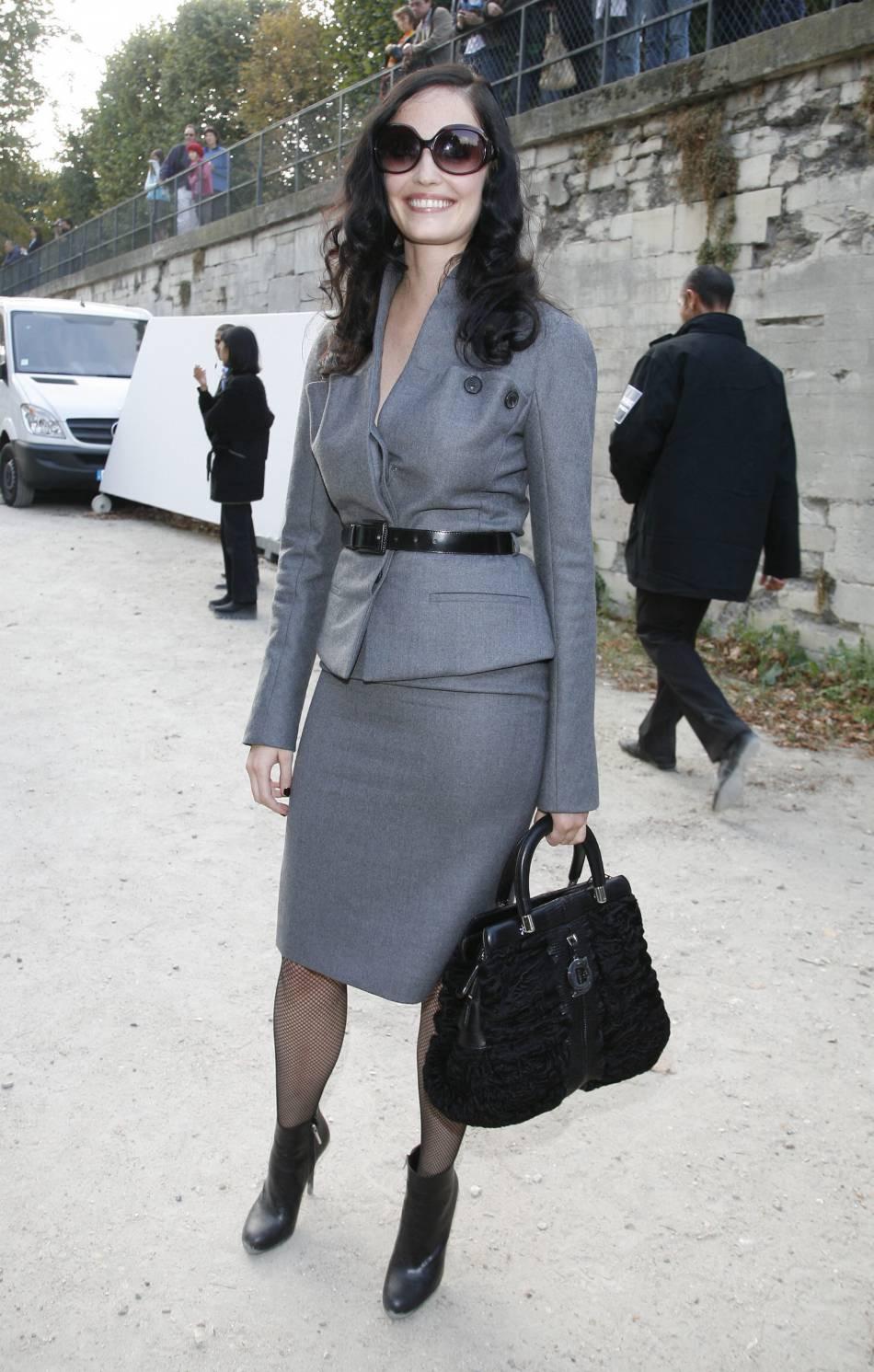 Eva Green en working girl ? C'est possible ! Elle adopte un tailleur jupe ravissant et ose un sourire franc pour le défilé Christian Dior prêt-à-porter Printemps-Eté 2009.